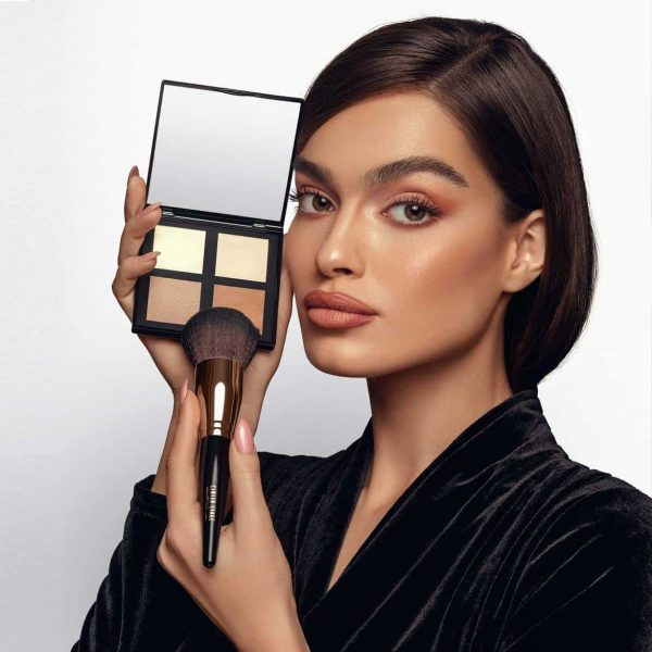 woman modelin Face Pallette four shades with a brush